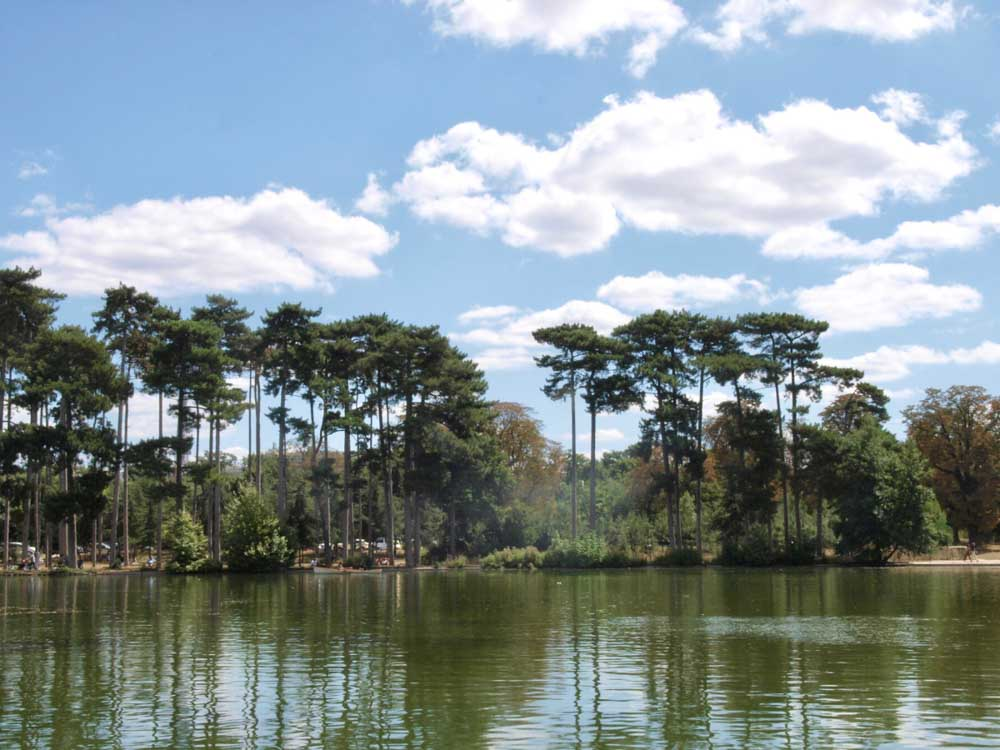 Cruising on Bois de Boulogne Park is one of the romantic things to do in Paris
