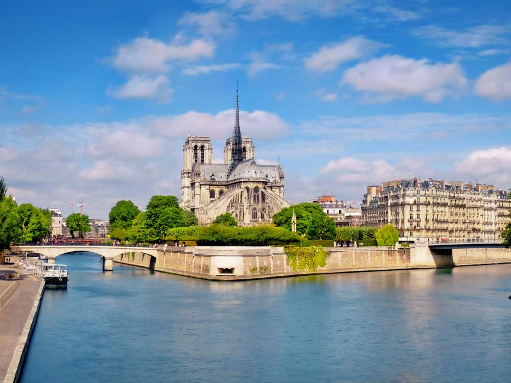 Strolling the banks of Seine River is one of the romantic things to do in Paris